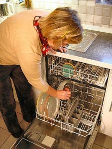Lave vaisselle ouvert et dos courbé