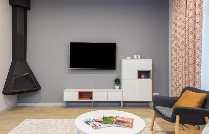 Mur repeint en gris pour mettre en valeur un meuble blanc
